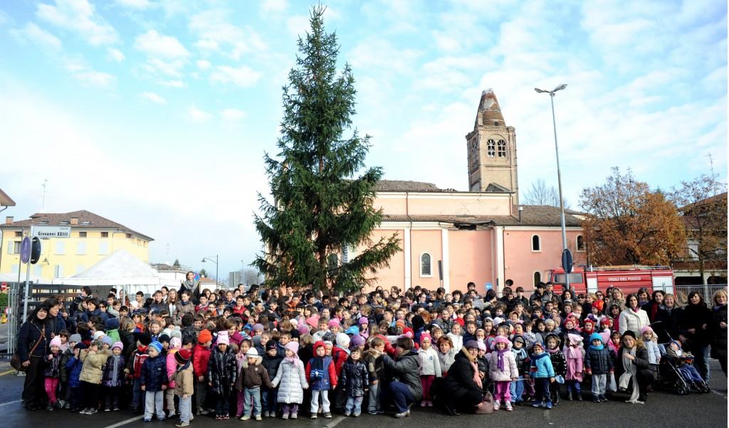 Abete di Natale: i bambini di Rovereto festeggiano l'arrivo dell'Abete regalato dagli amici Alpini
